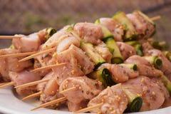 Rohe marinierte Hühnerfleisch-Aufsteckspindeln Grill-Sommer-Picknick-Lebensmittel Gegrilltes Fleisch über hölzernem Hintergrund m stockbilder