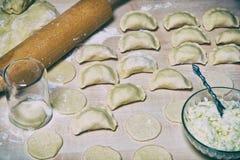 Rohe Mehlklöße mit Hüttenkäse- und Kartoffelfüllung Lizenzfreie Stockfotografie