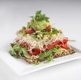 Rohe Nahrung - Cracker mit guten Belägen Lizenzfreies Stockfoto