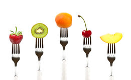Rohe Nahrung. Früchte auf Gabeln lizenzfreies stockfoto