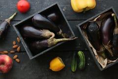 Rohe oder gesunde Lebensmittelidee Gemüse auf der Weinlesetabelle Stockfoto