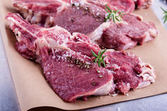 Rohe organische Kalbfleischhiebe stockbilder