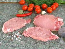 Rohe organische knochenlose Schweinekoteletts kochfertig Lizenzfreie Stockbilder