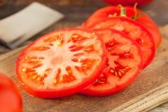 Rohe organische rote Beefsteak-Tomaten Lizenzfreie Stockfotos