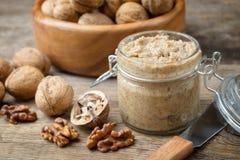 Rohe organische Walnussbutter und frische Nüsse stockfoto