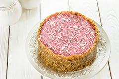 Rohe Paleo-Diät Berry Cheesecake Gluten-Free des strengen Vegetariers mit Daten und Acajoubäumen auf einem hellen weißen hölzerne Lizenzfreies Stockbild