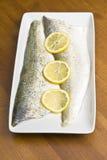 Rohe Pickerel-Fischfilets mit geschnittener Zitrone stockfoto