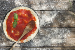 Rohe Pizzaunterseite Lizenzfreie Stockfotos