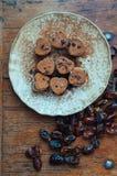 Rohe Praline auf Platte Stockfoto