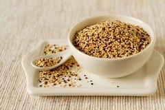 Rohe Quinoa in einer Schüssel Stockfoto
