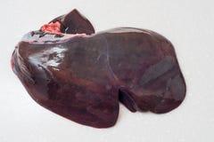 Rohe Rindfleisch-Leber lokalisiert auf weißem Hintergrund stockbild