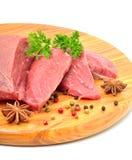 Rohe Rindfleisch- und Fleischscheiben lokalisiert auf Weiß Lizenzfreie Stockfotos