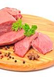 Rohe Rindfleisch- und Fleischscheiben lokalisiert auf Weiß Stockfotos