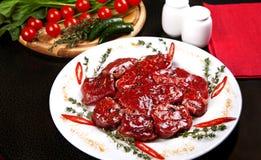 Rohe Rindfleischmedaillons mit Rosmarin, Pfeffer und Gewürzen Stockfotos