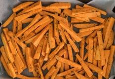 Rohe Süßkartoffel brät geschnitten und bereitet für den Ofen vor lizenzfreies stockbild