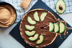 Rohe Schokoladenavocado des strengen Vegetariers und Bananenkuchen stockbild