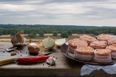 Rohe Schweinefiletmedaillons gefüllt mit Chorizo und mit Speck eingewickelt Stockfoto