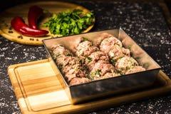 Rohe Schweinefleischkoteletts in einer Metallbackform lizenzfreie stockfotografie