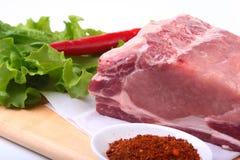 Rohe Schweinekoteletts mit Kräutern und Gewürzen auf Schneidebrett Bereiten Sie für das Kochen vor Stockbild
