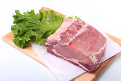 Rohe Schweinekoteletts mit Kräutern und Gewürzen auf Schneidebrett Bereiten Sie für das Kochen vor Stockbilder