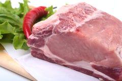 Rohe Schweinekoteletts mit Kräutern und Gewürzen auf Schneidebrett Bereiten Sie für das Kochen vor Lizenzfreies Stockfoto