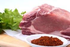 Rohe Schweinekoteletts mit Kräutern und Gewürzen auf Schneidebrett Bereiten Sie für das Kochen vor Stockfotos
