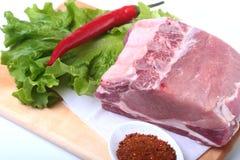 Rohe Schweinekoteletts mit Kräutern und Gewürzen auf Schneidebrett Bereiten Sie für das Kochen vor Lizenzfreie Stockfotos