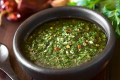 Rohe selbst gemachte grüne Chimichurri-Salsa stockbilder
