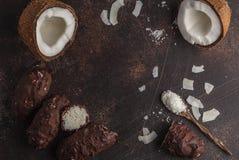 Rohe selbst gemachte Schokoladenkokosnuss-Süßigkeitsprämie des strengen Vegetariers, weißes backgro Stockbild