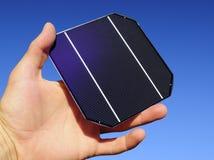 Rohe Solarzelle in einer Hand Stockfotografie