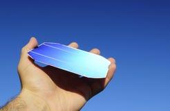 Rohe Solarzelle in einer Hand Lizenzfreie Stockfotos