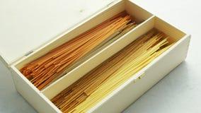 Rohe Spaghettis gelegt in Kasten stock video footage