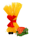 Rohe Teigwaren mit rotem Farbband und Tomate Stockfoto