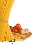 Rohe Teigwaren und gesunde Nahrung getrennt auf Weiß Stockfoto