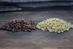 Rohe und gebratene Kaffeebohnen Stockfotos