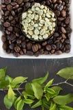 Rohe und gebratene Kaffeebohnen Stockfoto