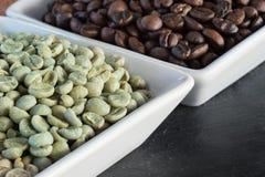 Rohe und gebratene Kaffeebohnen Lizenzfreies Stockfoto