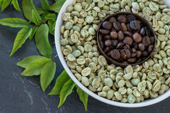 Rohe und gebratene Kaffeebohnen Stockbild