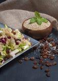 Rohe und gekochte Quinoa gedient im Salat - Bild lizenzfreies stockbild