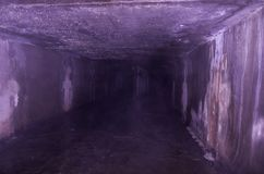 Rohe und nasse Abwasserkanäle Rauch im Abwasserkanal Lizenzfreie Stockfotografie