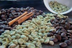 Rohe und Röstkaffeebohnen mit Messingschale Stockfotografie