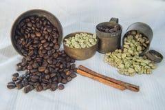Rohe und Röstkaffeebohnen mit Messingschale Stockfotos