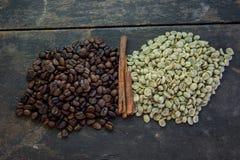 Rohe und Röstkaffeebohnen mit Messingschale auf hölzerner Tabelle Stockfotos
