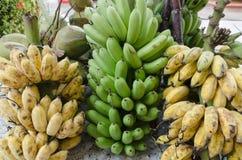 Rohe und reife Bananen in Thailand lizenzfreies stockbild