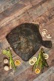 Rohe ungekochte Plattfische auf Holztisch Stockfotos