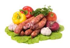 Rohe Würste und Gemüse stockfoto