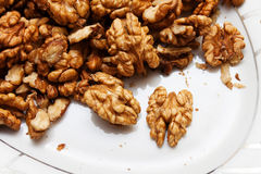 Rohe wallnuts in einer Platte Lizenzfreie Stockfotos