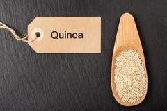 Rohe weiße Quinoasamen im hölzernen Löffel Lizenzfreie Stockfotografie