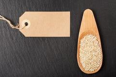 Rohe weiße Quinoasamen im hölzernen Löffel Stockfotos
