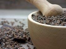 Rohe zerquetschte Bohnen der Kakaospitzen in der Stampfe Lizenzfreies Stockfoto